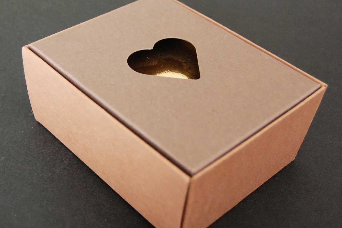 Particolare coperchio scatola per praline
