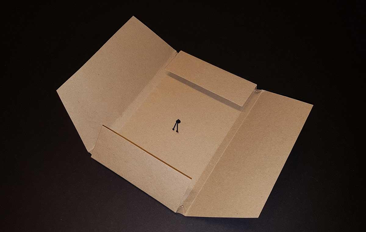 busta in cartone da imballo aperta